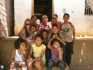 Jemma Miguel Katie Juan Roxana jenifer Rocio Francisco Beth given Karen host famil picture in front of house in Nicaragua